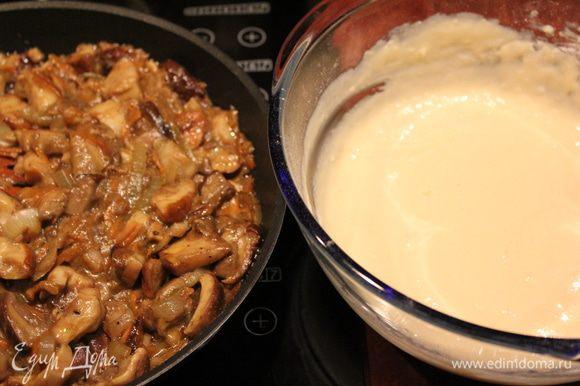 Очищенные и помытые грибы нарезать произвольно, спассеровать репчатый лук и морковь на оливковом масле, добавить грибы, обжарить 5 мин. на сильном огне, потом убавить огонь и тушить около 20 минут. Посолить, поперчить по вкусу. Сметану и яйца смешать, добавить соль, сахар, просеять муку и разрыхлитель. Тесто получается по густоте как сметана. Смешать грибы с тестом.