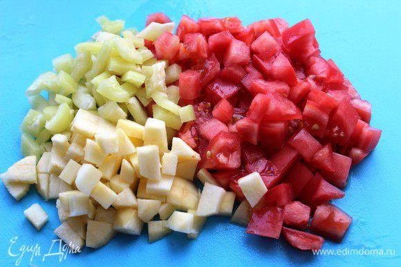 Для соуса нарезать мелким кубиком помидор, яблоко и болгарский перец. Тушить на оливковом масле на среднем огне 7-10 минут.