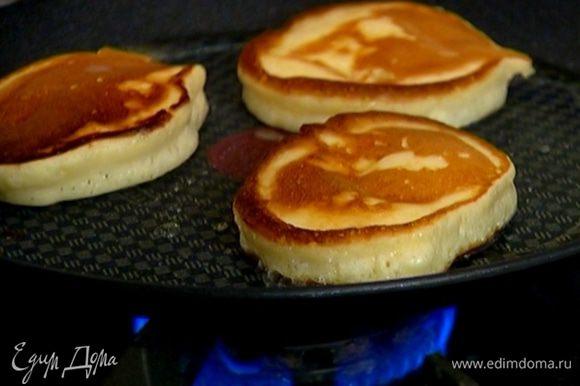 Разогреть в сковороде оливковое масло и испечь оладьи.