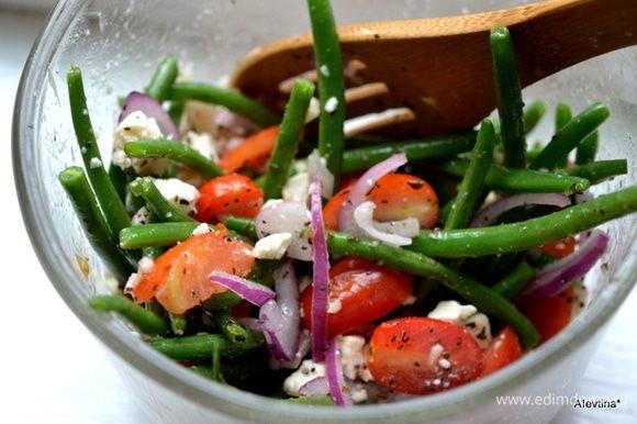 Выльем поверх салата. Перемешаем, посыпаем сверху подсушенными пластинками миндаля. Подаем к столу. Приятного аппетита.