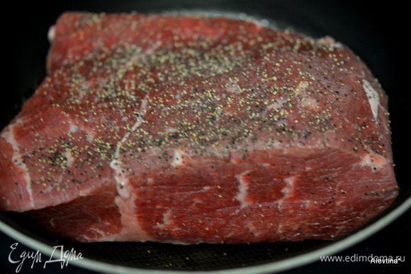 Если делаем в духовке, используем жаровню. Тем-ра духовки в 160 гр. Мясо кусочками, время приготовления 1 ч 30 мин. Большим куском 2 часа 30 мин. примерно. В слоукукоре готовим при медленном режиме 8 часов. Обжариваем в начале со всех сторон говядину, предварительно с солью и перцем посыпаем. Снимем со сковороды.