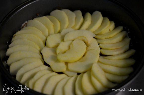 Затем выложим яблоки поверх коричневого сахара.