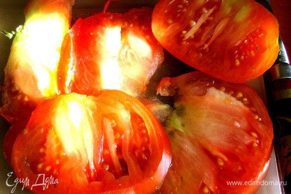 Дошла очередь до помидора... От крупной помидорины отрезаем тонкий кружок, вернее два... и выкладываем на начинки.