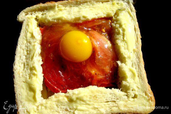 Вбиваем осторожно в оконце яйцо, посолим...