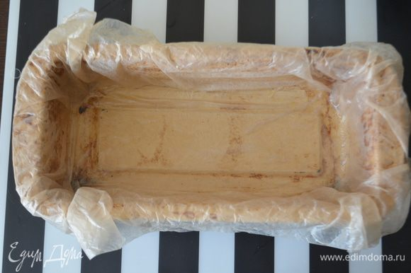Теперь подготавливаем форму для террина: смазать ее маслом и выложить в нее бумагу для выпечки. Я бумагу смачиваю и мну - она становится как ткань - очень удобно! Бумагу тоже потом немного смазать маслом, чтобы готовый террин без проблем отстал от нее.