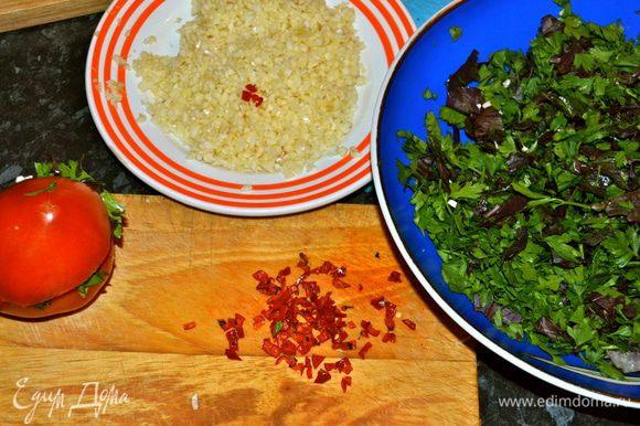 Помидоры надрезать пополам, но не дорезая до конца. И начинить каждый помидор смесью чеснока, зелени и перца.