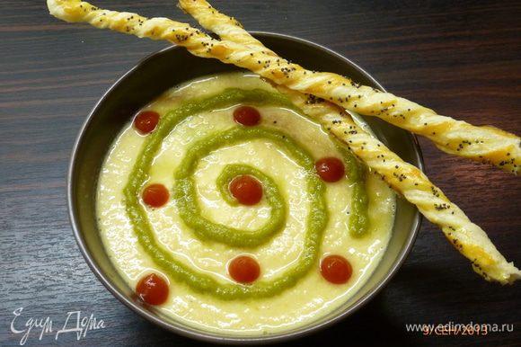 Блендером пюрируем запеченый перец. Отдельно пюрируем содержимое кастрюли. В миску наливаем суп, наносим рисунок пюрированным перцем и кетчупом. А можно добавить перец в кастрюлю и все перемешать. Подавать с маковыми палочками и при желании со сметаной.