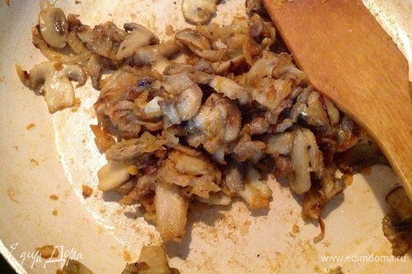 В конце жарки добавить соль, специи, столовую ложку муки и хорошо, быстро все перемешать! Несколько грибочков оставить для украшения.