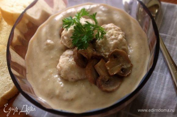 Готовый суп разлить по тарелкам, украсить грибами и зеленью! Приятного аппетита! :)