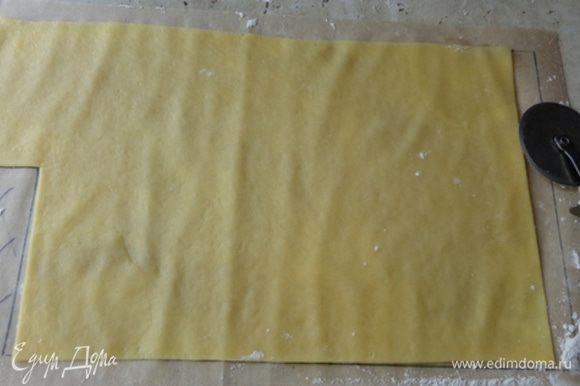 …и раскатывать тесто 1 прямо на листах пергамента, присыпая их мукой и обрезая излишки теста. Раскатывать тонко! Печь при 180 градусах до золотистости минут по 5. Бумагу лучше снимать, когда коржи остынут. Один горячий корж у меня поломался…(((