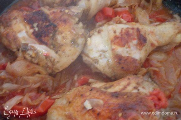 Затем добавляем порезанные без шкурки томаты, обжаренный лук и вливаем бульон. Тушим до готовности под крышкой.