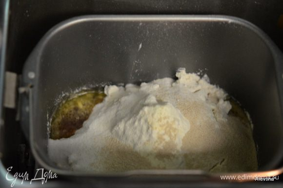 Загружаем в свою х/печку сначала теплую воду и сливочное масло, заканчиваем сухими ингредиентами,сверху дрожжи. 1 cтак. теплой воды, 1 стол. л быстрорастворимый кофе, 2 стол. л сливочное масло, мягкое, 1 ч. л апельсиновая цедра, 3 cтак.муки,желательно для х/п, 2 стол. л сухое молоко, 1/4 cтак. сахар, 1 1/4 ч. л соль, 2 1/4 ч. л дрожжи активные сухие.