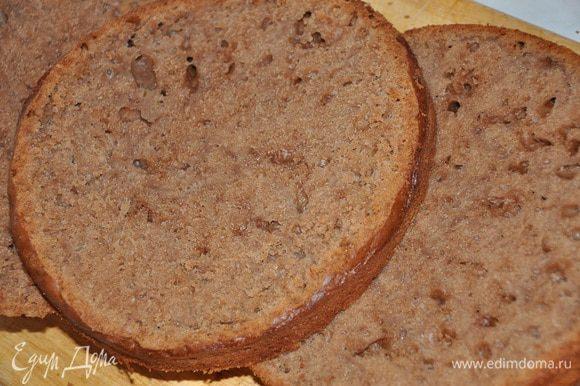 Готовый бисквит остудить в форме, после уже остывший бисквит разделить на 2 коржа.