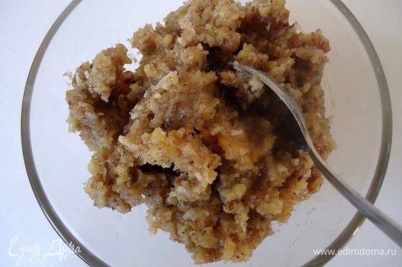 Тем временем, приготовить начинку для пирожного: грецкий орех растолочь, добавить к нему сахарную пудру, яичный белок и корицу. Все ингредиенты смешать до однородности.