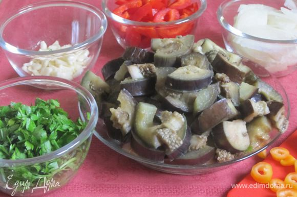 Вынуть, охладить, порезать на 4 части. Перец нарезать соломкой, лук - полукольцами, чеснок - пластинками, зелень мелко нарезать.
