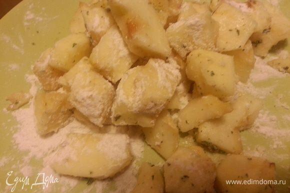 Добавить к яблокам кардамон, мяту, муку и сахарную пудру и перемешать