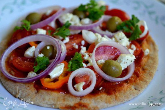 Выложим кругом пепперони, сверху томаты,сладкий перец, лук, сыр фета. Украсим зеленью и оливками. Вернем обратно в духовку на 4 мин. Подаем теплыми к столу. Приятного аппетита.