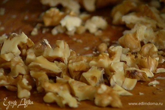 Орехи порубить ножом на крупные кусочки и перемешать с листьями тимьяна.