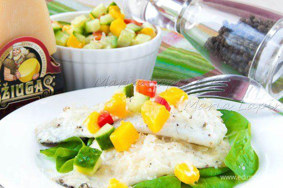 Приготовить сальсу. Нарезать манго, огурец и болгарский перец на кубики размером 3-5 мм. Немного посолить и поперчить, добавить сок лайма или лимона и немного оливкового масла. На тарелку выложить немного шпината, заправлять его ничем не надо, соков от рыбы будет достаточно. Сверху выкладываем филе с сырной шубой. Сальсу можно подать отдельно в миске, чтобы гость мог контролировать её количество или выложить сверху на рыбу. Приятного аппетита!