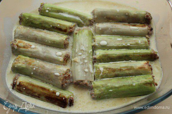 Переложить обжаренные трубочки в форму для запекания, залить сливками и запекать в разогретой духовке 25 минут при температуре 180 градусов.