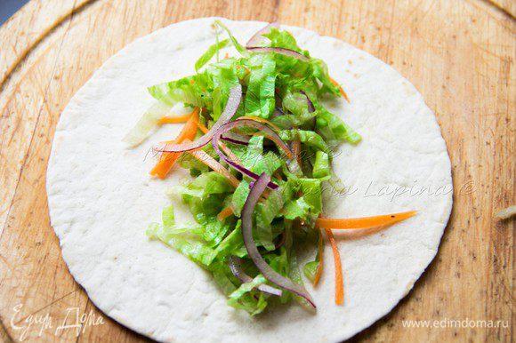 Овощи заправляем лимонным соком, оливковым маслом, солим и перчим по вкусу. На каждую лепешку выкладываем овощи.
