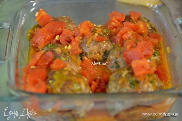 Достанем фрикадельки из духовки, слить жидкость. Сверху полить соусом. Поставить в духовку и готовить 6 мин. или до полной готовности.