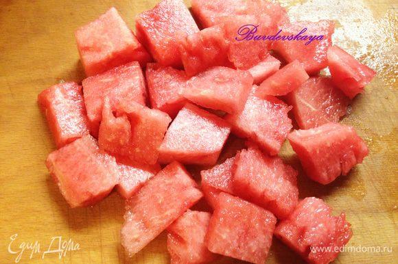 Из мякоти арбуза вынуть семечки и нарезать крупными кубиками. Выложить на тарелку.