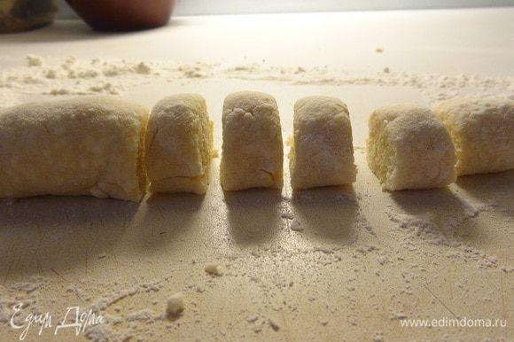 Раскатать из теста колбаску, по необходимости, подсыпая муку на рабочую поверхность. Нарезать кусочками по 1-1,5 см. Каждый кусочек обмакнуть срезом в муку и слегка прижать пальцами. Повторить с противоположной стороной, чтобы получилась шарообразная форма. Как второй вариант придания формы - придавить чайной ложкой каждый кусочек.