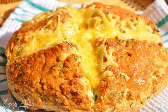 Выпекать в духовке, нагретой до 200 гр. С, 30 минут ! Перед тем, как вытащить скон из духовки посыпьте его еще немного тертым сыром и запекайте еще минутки 3-4.