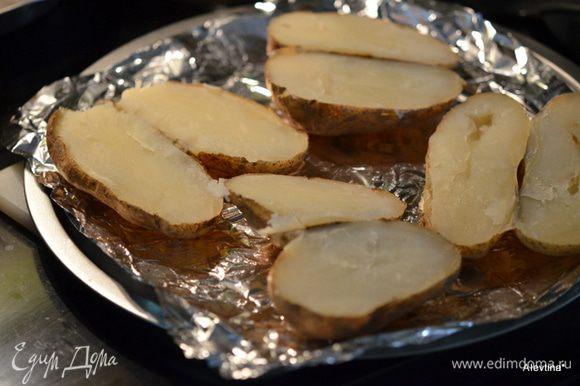 Картофель готовый разрезать на половинки.