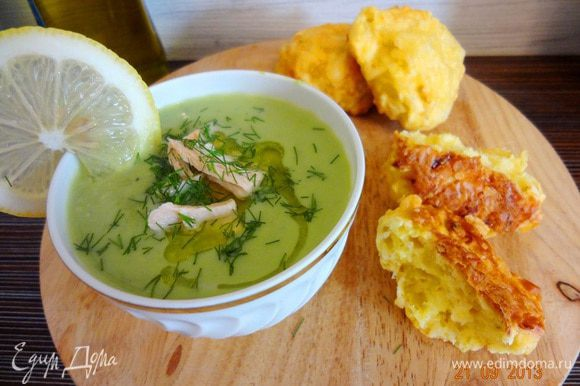 Горячий крем-суп налить в теплую (желательно) тарелочку, сверху положить кусочки семги, украсить мелко порезанной заленью, сбрызнуть оливковым маслом. Подавать с сырно-картофельными булочками. Вкусно, нежно и главное полезно!