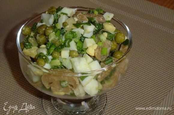 Салат раскладываем в порционную посуду, а сверху кладем сметану.