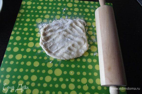 Достать тесто из холодильника, через 30 минут, и отрезать кусочек для раскатки.