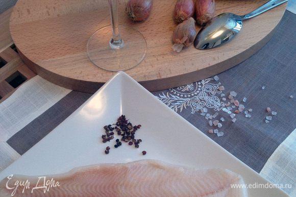 Разрезать кусок масла на мелкие части и отложить в сторону.