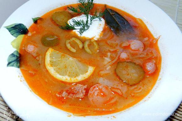 При подаче добавить в тарелку с соляночкой ложку сметаны и измельченный укроп. Общее время приготовления 2 часа.