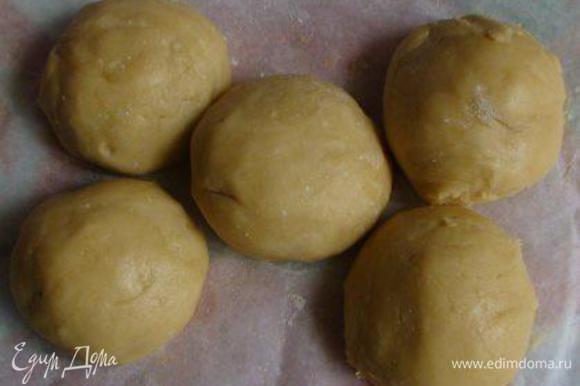 Нагреть духовку до 200 градусов. Достать тесто и разделить на 5 равных частей (если диаметр формы больше, чем 20 см, тогда на 4 - коржи должны быть толще, чем в медовике).