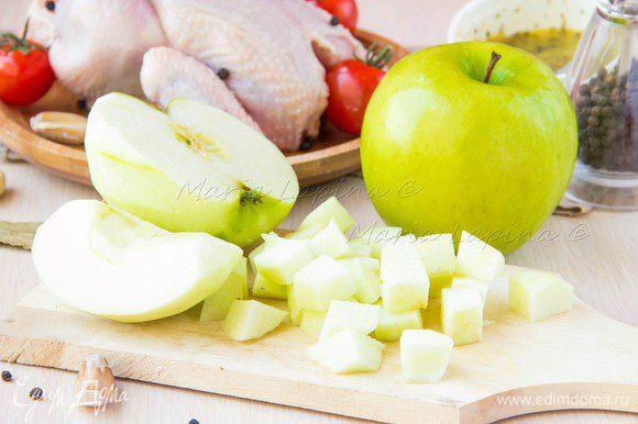 Яблоки нарезать на кубки размером 2-3 см.