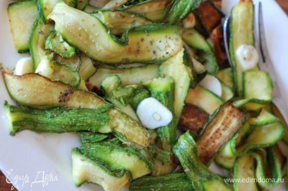 Готовые цукини выложить на блюдо- посолить, сбрызнуть уксусом и маслом, посыпать орегано. Также можно посыпать пармезаном.