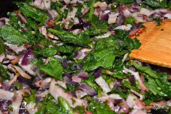 В сковороду добавить шпинат и обжарить все вместе, до мягкости шпината. Остудить.