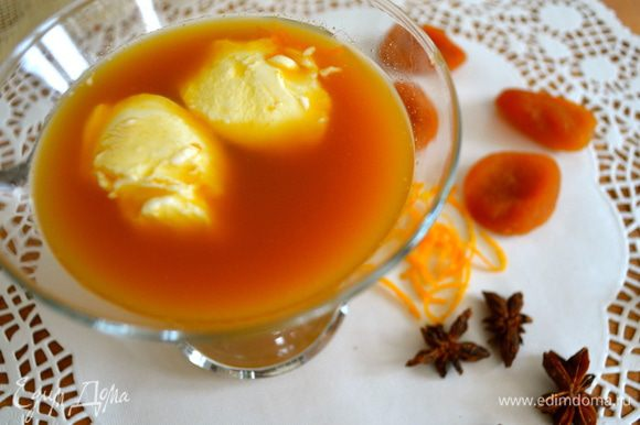 Дать компоту немного остыть, перелить в чашку или креманку и подавать с натуральным йогуртом или густой сметаной. Очень вкусно! Рекомендую... )))