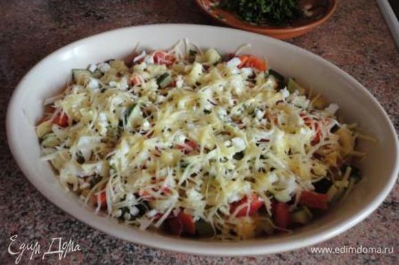 В блюдо для запекания выложить овощи, сверху посыпать рубленым яйцом, затем сыром, полить растительным маслом и запекать в духовке 10 минут. При подаче на стол посыпать зеленью.