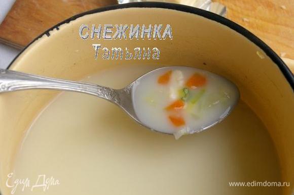 Затем кладём плавленый сыр кусочками и, постоянно помешивая, доводим до его полного растворения. Солим суп по вкусу.