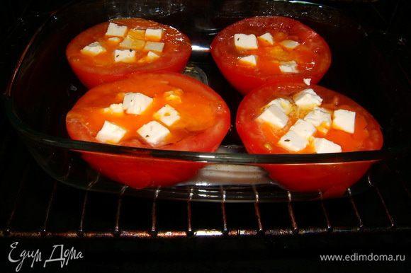 Порезать кубиками брынзу и щедро положить сверху в каждую половинку помидоров. Посолить, поперчить, добавить мелко нарезанный чеснок.