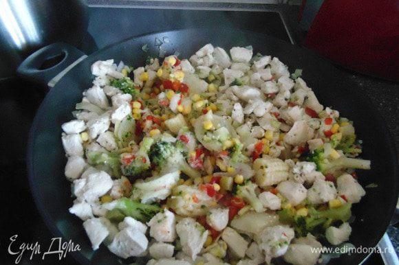 К мясу с луком добавить замороженную овощную смесь. Жарить 5 минут, помешивая. Если я готовлю пасту с мясом, то добавляю овощи, в которых есть капуста брокколи. Получается очень вкусно! Если готовлю без мяса, то добавляю смесь, в которой есть грибы, предпочтительнее- шампиньоны.