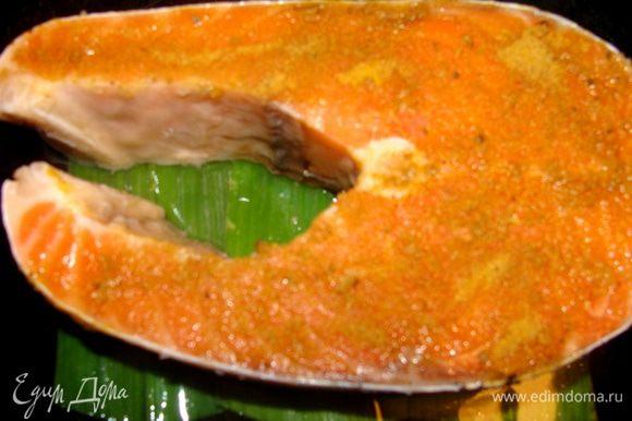 Рыбу натереть солью и смесью из зиры и куркумы, выложить в сковороду на листья порея,залить немного водой, закрыть крышкой и тушить до готовности 10 минут. (для быстрейшего процесса приготовления, удобнее использовать филе, но у меня в этот раз стейк)