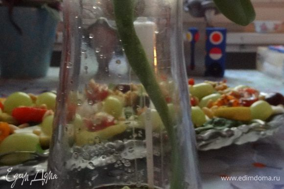 На дно салатного блюда выкладываем листья салата, грушу, помидоры, виноград. Посыпаем все кедровыми орешками и поливаем салат заправкой. Для приготовления заправки смешиваем все ингредиенты. Приятного аппетита!