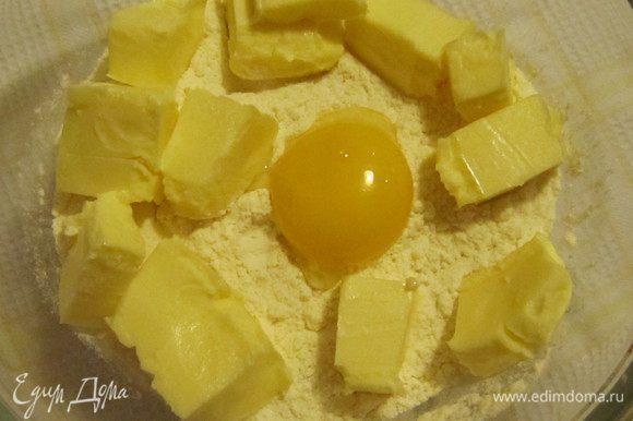 Для приготовления коржа-основы в миску просеять муку, добавить сливочное масло комнатной температуры, желток и щепотку соли.