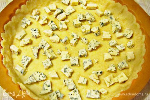 Голубой сыр Дор Блю нарезаем кубиками или просто крошим.Распределяем по тесту. Сверху выкладываем яично-сырную массу.