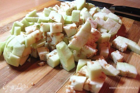 Баклажаны очистить от кожицы и нарезать кубиками. Обжарить баклажаны на разогретой сковороде с растительным маслом (лучше брать большую сковороду, тогда баклажаны обжарятся быстрее). Обжаривать, периодически помешивая, около 10 минут до мягкости баклажанов.