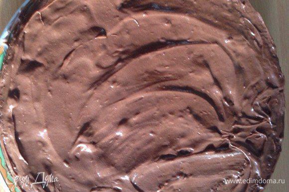 Накрываем вторым бисквитным коржом, на который наносим шоколадно-сливочный слой.